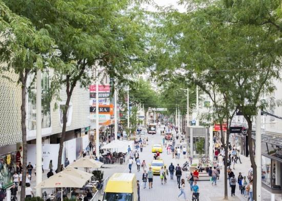 (写真2)ウイーンの中心市街地にあるマリアヒルファー通りでは、自動車の走行速度は時速20kmに制限され、歩行者、自転車、自動車などがシェアードスペースとして活用し、にぎわいを生んでいる。自動運転社会では速度制御を実現しやすくなるため、こうした一定のルールに基づくモビリティー空間のシェア化に期待が寄せられる(写真:Ricky Rijkenberg)