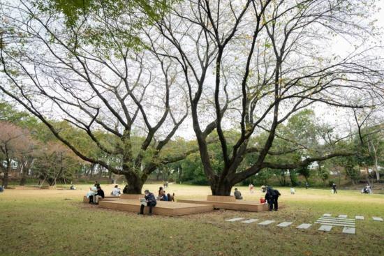 (写真1)2019年11月にリニューアルオープンした鶴間公園。地元の町田市が約23億円を投じて再整備した。写真は、園内で商業ゾーンに最も近い「さわやか広場」と呼ばれる芝生広場(画像提供:町田市・東急)