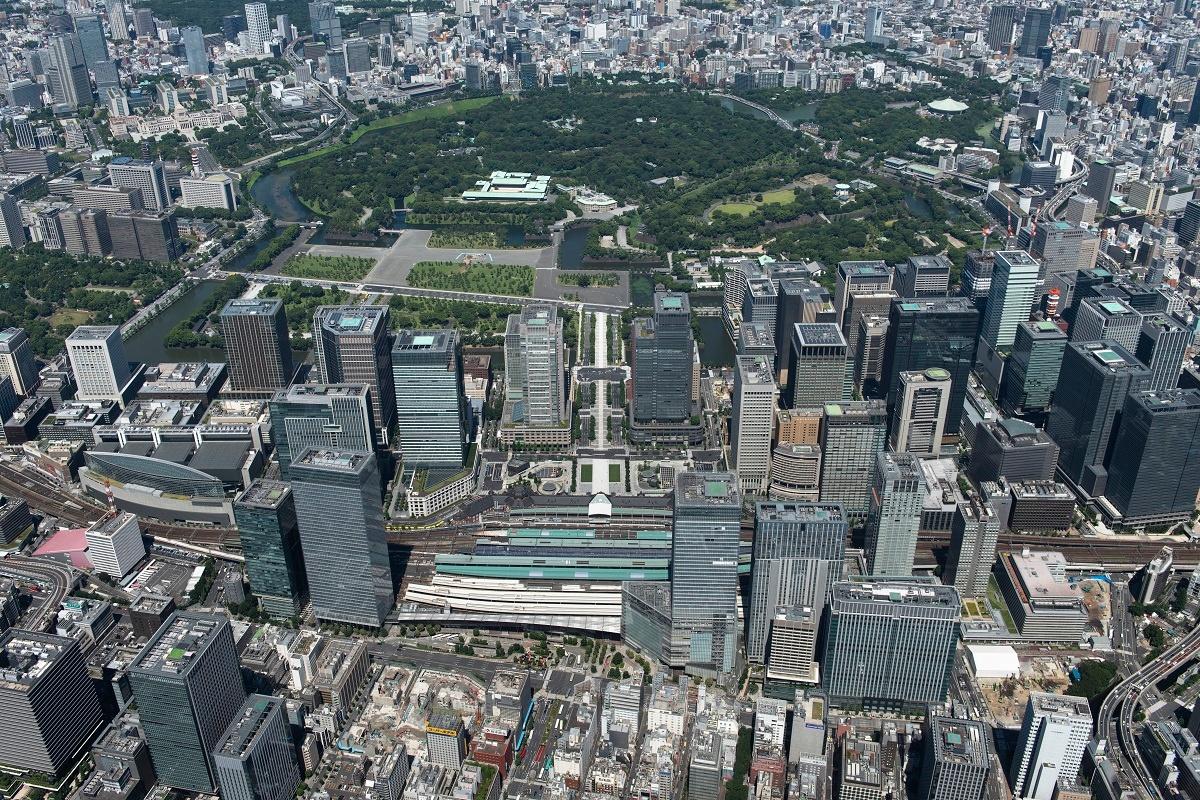 (写真)八重洲地区上空から見た「大手町・丸の内・有楽町(大丸有)地区」。中央に位置する東京駅の向こうに左右に広がる。この20年で多くのビルが建て替わった(画像提供:三菱地所)