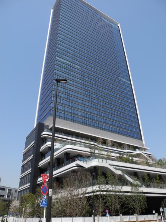 (写真)「東京ポートシティ竹芝」で今年5月に完成する予定のオフィスタワー。メーンテナントとしてソフトバンクが汐留地区から本社を移す。低層部には、「スキップテラス」と呼ぶ緑に囲まれた空間を整備する(写真撮影:茂木俊輔)