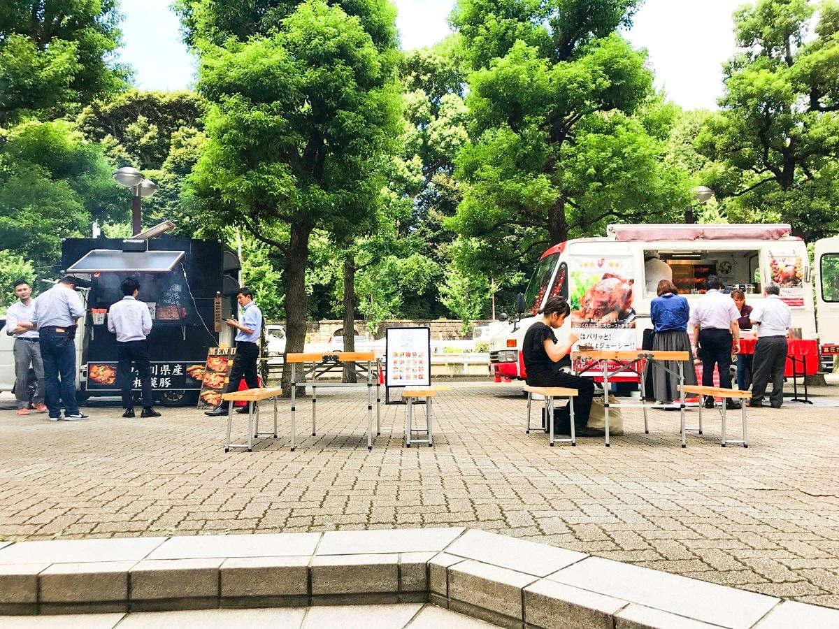 (写真2)東京都品川区内のビルの一角に出店するフードトラックの例。4店舗が出店し、1日当たりの平均食数は250に上るという(画像提供:Mellow)