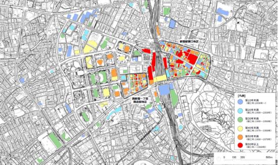 (図3)新宿駅周辺の大規模建築物、新宿駅東口地区の建築物、西新宿一丁目商店街地区の建築物の築年数(2018年1月1日現在)。駅周辺には赤で示した築50年以上のものが目立つ(出典:第5回「新宿の拠点再整備検討委員会」資料)