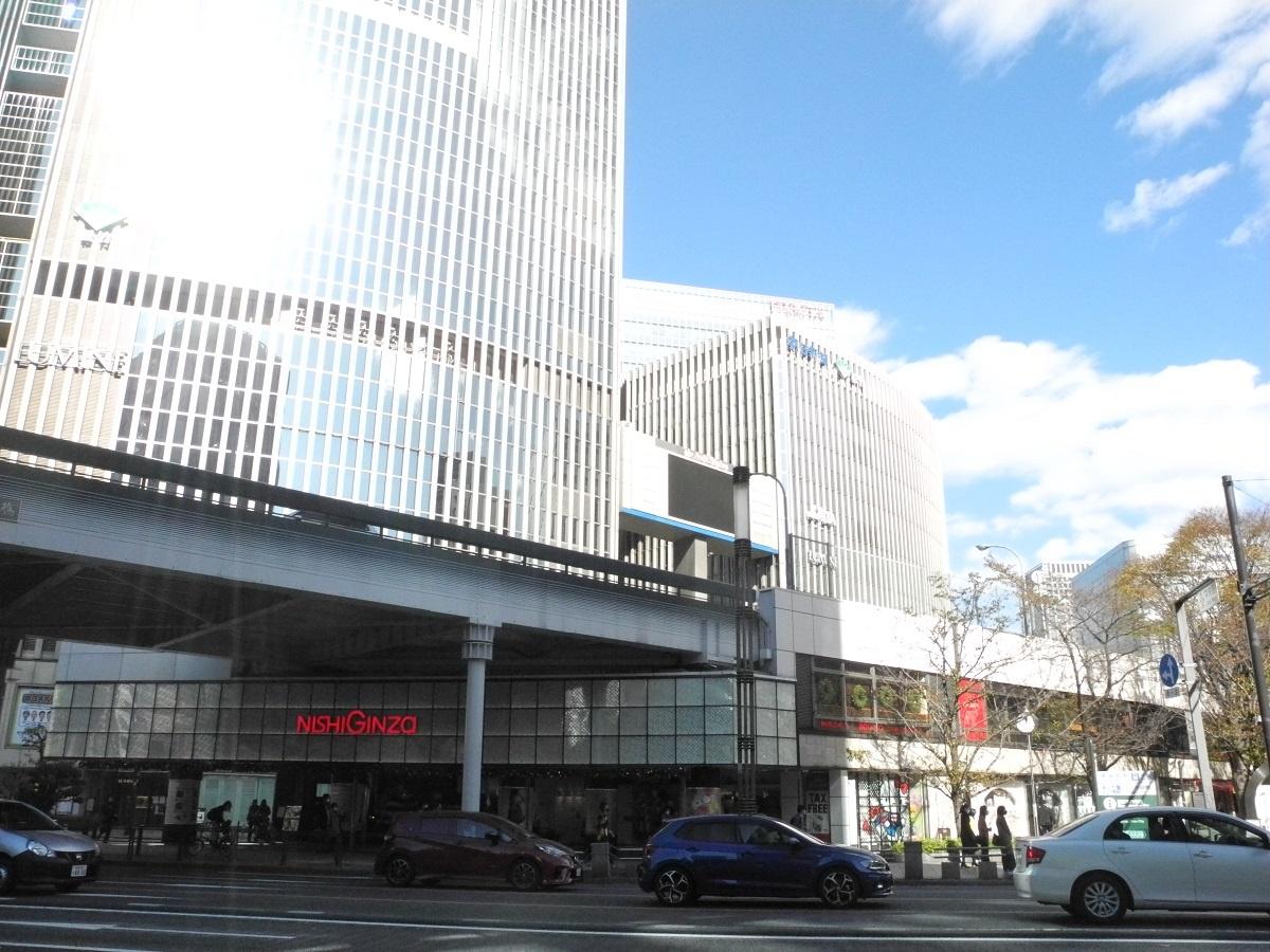 (写真1)数寄屋橋交差点から、「西銀座デパート」として運営される北数寄屋ビルを見る。その屋上は東京高速道路(KK線)として利用されている。銀座外周にはこのような道路一体のビルが、地上を走る道路に分断される形で計14棟立つ(写真:茂木俊輔)