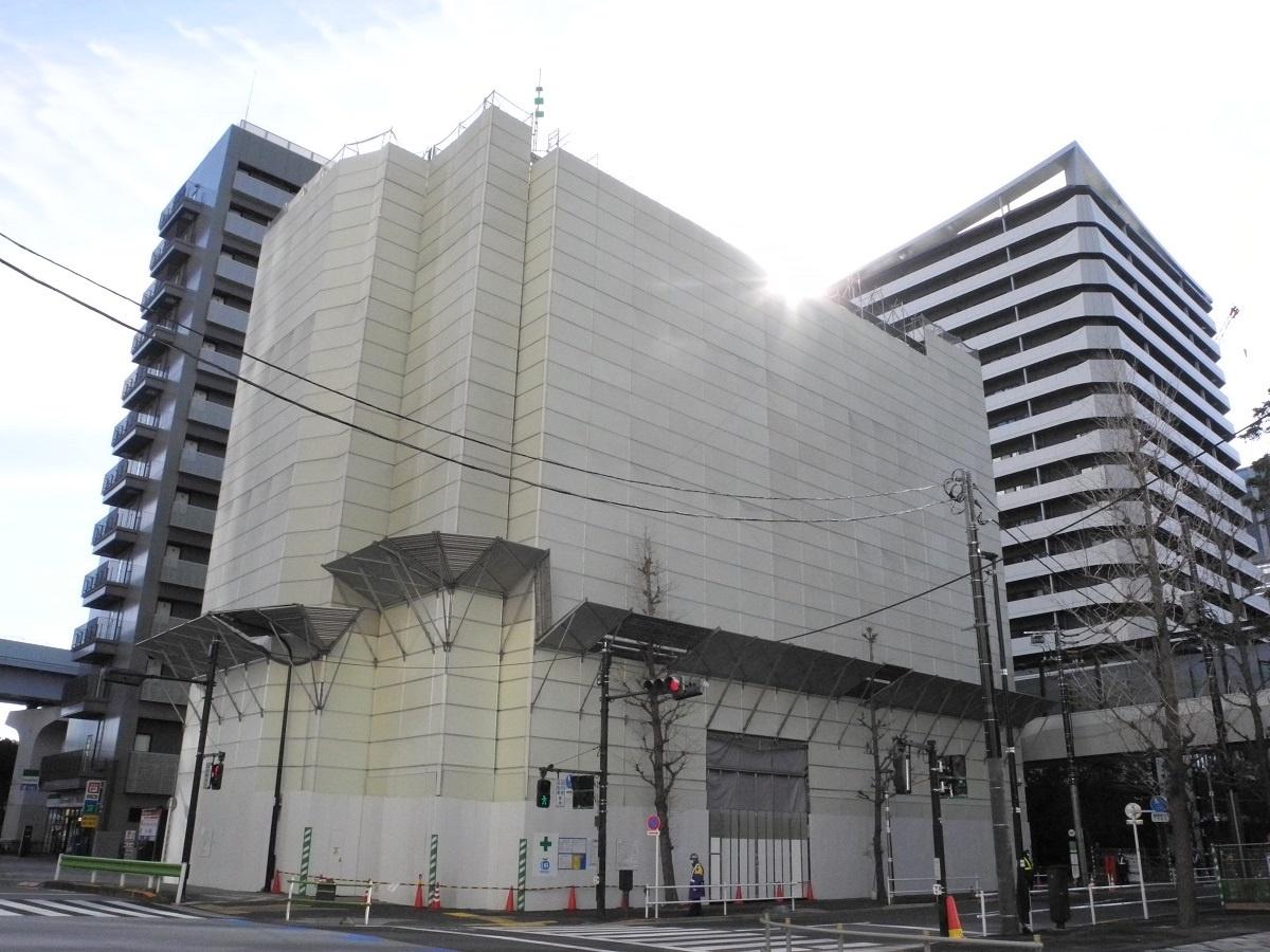 (写真1)東京・竹芝では、浜松町ビジネスマンションの解体工事が進む。右手は、東京ポートシティ竹芝のレジデンスタワー(写真:茂木俊輔)