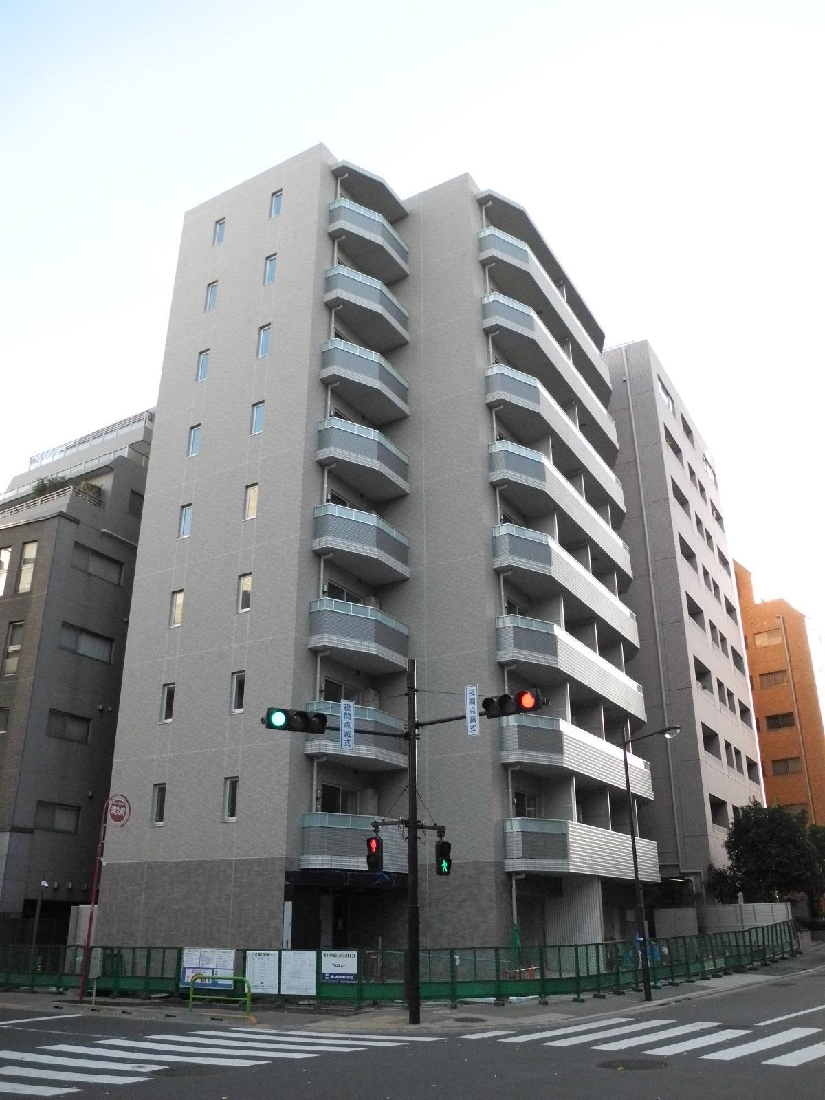 (写真2)旧麹町三番町コンドの跡地に建設中の賃貸マンション。建築主は敷地売却事業の買受人である三井不動産レジデンシャルで2021年2月完成を目指す(写真:茂木俊輔)