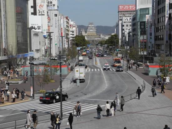 (写真1)JR姫路駅の駅前から姫路城方向を見る。正面、姫路城方向に真っ直ぐ延びる道路が、大手前通り。手前の区間は路線バスやタクシーを除く一般車両の通行を禁じている(写真:茂木俊輔)