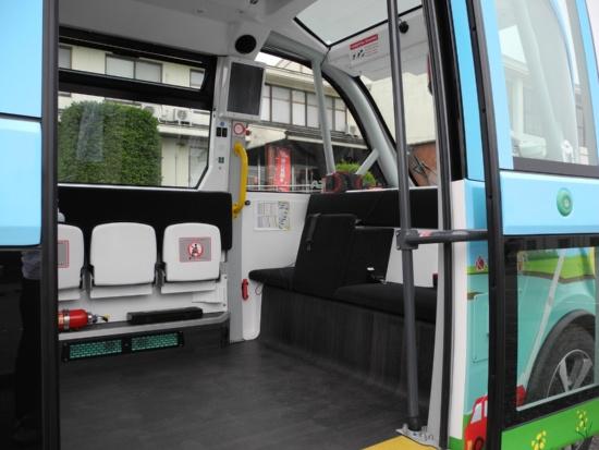 (写真2)自動運転バス「NAVYA ARMA」の車内。座席に腰かけると進行方向の視界を直接には確保しにくいことから、運転手は右手座席の手前に立ち位置を確保する(写真:茂木俊輔)