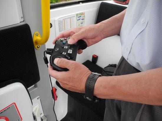 (写真4)信号機のある交差点を通過する時など手動運転時には、運転手はこのコントローラーで車両を操作する。道路使用許可の手続き上、「特別装置自動車」に当たる(写真:茂木俊輔)