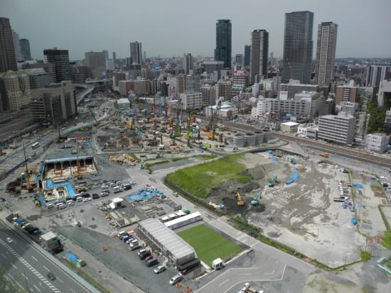 (写真2)グランフロント大阪側から、うめきた2期地区南半分を見る。土地区画整理事業やJR東海道線支線地下化事業・新駅設置事業といった基盤整備工事のほか、一部の建築物ではすでに建設工事が進められている。全体開業は2027年度の見通し(写真:茂木俊輔)