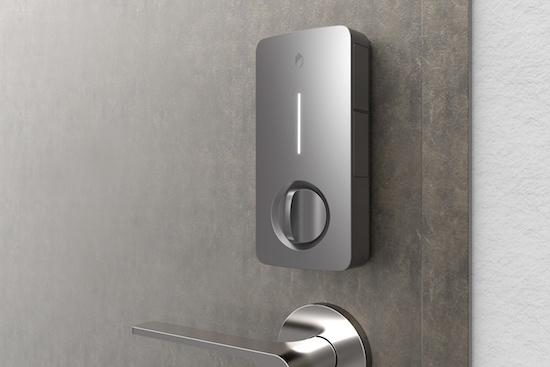 TiNKは室外(上)、室内(下)のセット。従来のドアロックに取り付けて運用する。操作の簡便性にも配慮した