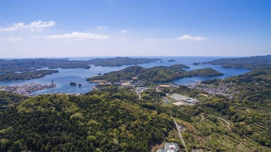 南伊勢町にある五ヶ所湾のドローン写真。入江と陸が交互に重なるリアス式地形は世界三大漁場といわれる三陸地方と同じ(写真撮影:VIVO TV)