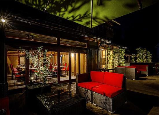 東近江市のイタリアン「ビストロ楓江庵」は2018年にオープンした直営店。庭の部分はオープンエアで飲食を楽しめるウッドデッキスタイル(写真提供:みなみいせ商会)