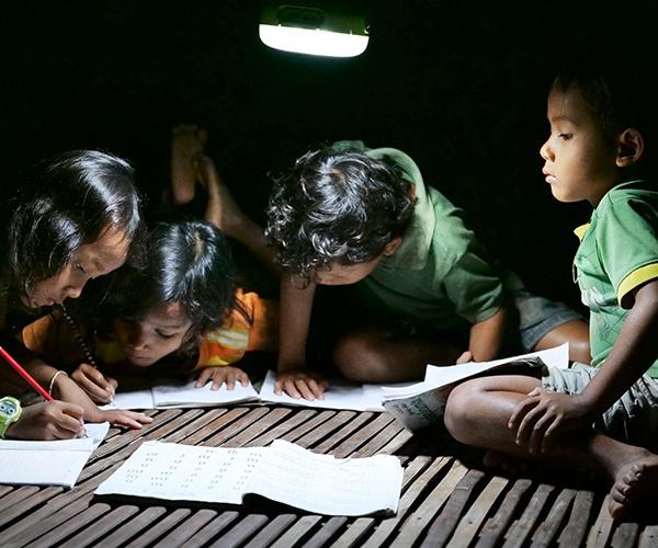 """カンボジア、電気の使えない村で見つけた「心のあかり」 走り出したパナソニックの「みんなで""""AKARI""""アクション」"""