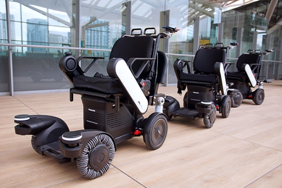 JR東日本グループが高輪ゲートウェイ駅での実証実験で使用している、パナソニックが開発したモビリティ「PiiMo(ピーモ)」。同社はPiiMoの名称に「追従型ロボティックモビリティ」を冠しており、複数の車両間で協調動作する機能を備えている。例えば、複数の後続車両が先頭車両を自動で追従する、先頭車両を搭乗者またはスタッフがリモコンで操作し、後続車両には高齢者や足の不自由な人、あるいはその家族が乗って目的地まで一緒に移動する、といった用途に適用できる。ほかにも、障害物などへの衝突の恐れがあると判断した場合には自動停止する機能、前方車両の軌跡に障害物などが出現した場合には後続車両が自律的に回避しながら走行を継続する機能などを備える。パナソニックが車椅子ベンチャーのWHILLと提携し共同開発した。車両の基本機能はWHILLが開発、パナソニックはセンサーや自動追従の仕組みなど安全性や制御に関わる部分について独自の技術を組み込んだ(写真撮影:高下義弘、以下同)