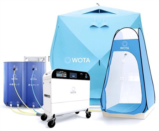「WOTA BOX」(写真手前)および「屋外シャワーキット」(写真奥右側)の外観。水の再生処理システムを幅820mm、奥行き450mm、高さ933mmの筐体に収めたWOTA BOXは、水道がなくてもシャワーや手洗いをはじめとした様々な水回り設備に接続可能。排水をろ過して繰り返し循環させることで、排水の量を通常の50分の1に抑えられるという。屋外シャワーキットは避難所をはじめとする災害現場での利用を考慮し、持ち運びや保管がしやすいテント方式を採用した(出所:WOTAプレスリリース)