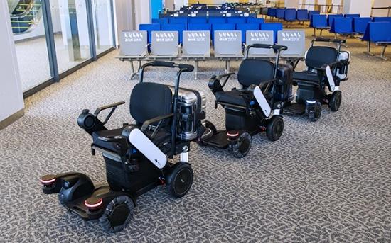 ANAが成田空港での実証実験で使う「パーソナルモビリティ(自動追従電動車椅子)」の外観。パナソニックが電動車椅子の開発・販売を手がけるWHILLと提携し、共同開発を進めている。車両の基本機能はWHILLが開発し、センサーや自動追従の仕組みなどはパナソニックが開発を担当。重量は75kg、最大搭載重量は100kg(うち車両後部の手荷物台は10kg)、最高速度は時速4km