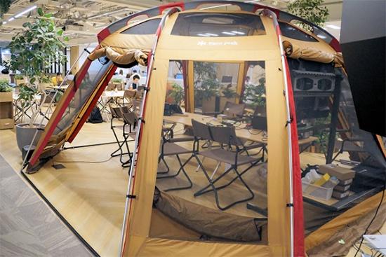 中央に設置した大型テント。時と場合に応じて使い分ける。「個室として空間を区切れるうえ、通常のパーティションに比べて移動も比較的楽」(北村氏)