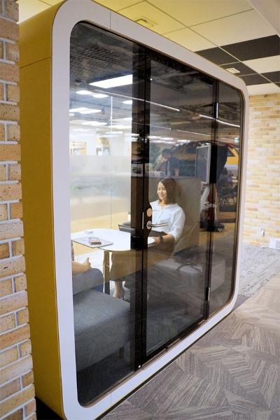 「1on1 Booth」の専用ボックス。内部で1対1のミーティングができる