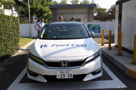 市が公用車として利用している燃料電池車(写真:小野里 保徳)