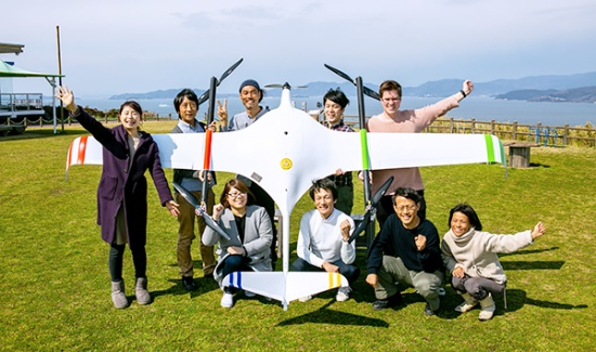 かもめや代表の小野さんと社員および実証実験の協力者(写真提供:株式会社かもめや・Shintaro Miyawaki、以下同じ)