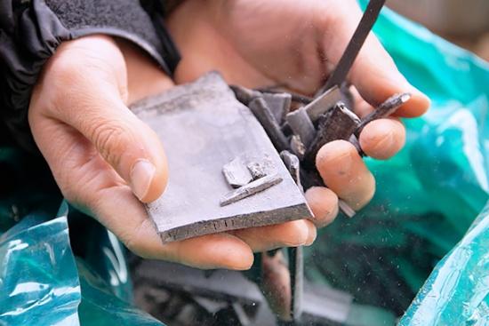 窯で焼かれて出来上がった竹炭。窯では竹炭と同時に竹酢液も取れる(写真撮影:筆者)