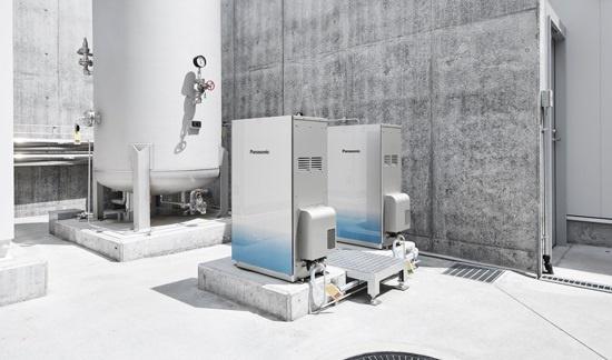 水素ステーション内で実証実験されている、パナソニックの純水素燃料電池。水素を直接投入して発電する燃料電池はCO2が発生せず、エネルギー効率が高い。