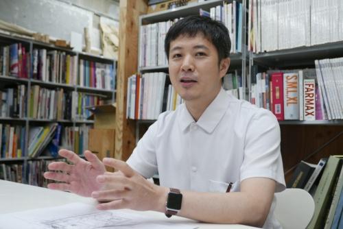 「菜園長屋」を設計した建築家、吉村靖孝氏(写真:高山和良)
