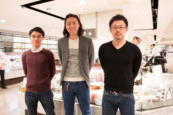 左から、木村龍典氏、田村浩二氏、小澤亮氏。「ETHICAL SEAFOOD CHALLENGE」のキャンペーンを実施した伊勢丹新宿本店の地下食料品売り場で(写真:編集部)