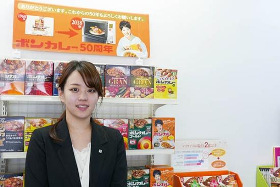 大塚食品 製品部 ボンカレー担当アシスタントプロダクトマネージャーの中島千旭さん。ボンカレーの売り上げは好調で「誕生から50周年の今年は、対前年比で30%の伸びを示しています」と語る。(写真:高山和良)