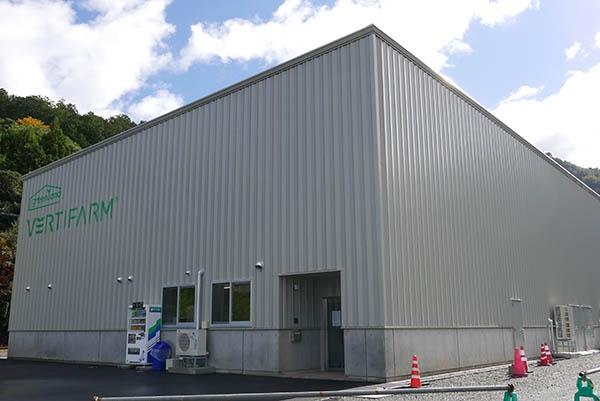 木田屋商店 小浜植物工場グリーンランド 第2工場の外観。日産600㎏のレタスを生産するキャパシティを持つ。木田屋商店は第1工場と合わせて、日産1400㎏の生産ができる計算だ。(写真:高山和良)
