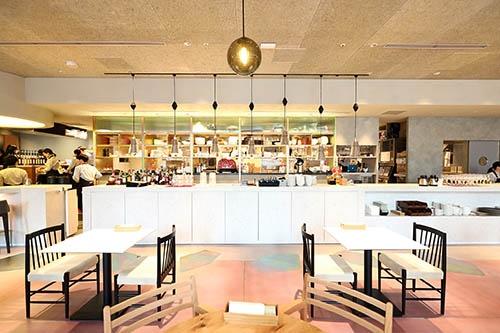 「re:Dine GINZA(リダイン銀座)」の店内風景。客席側からシェアード型のキッチンを見た(写真:北山宏一)