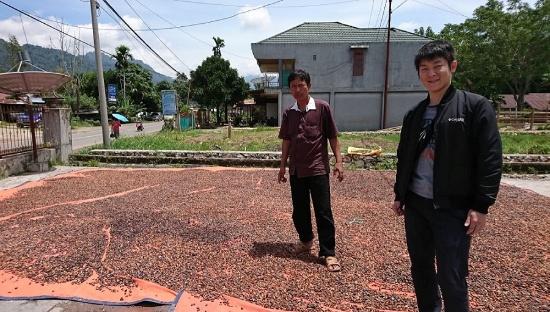 2017年3月にはじめて訪問したインドネシアのカカオバイヤーさんと(写真提供:フーズカカオ)