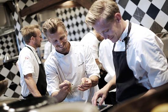 プラントフォーワードを打ち出した人気レストラン「フォトグラフィスカ」の厨房で、食材に向かうスヴェンソン氏(中央)((c)Paul Svensson; Photo : Jenny Hammar)