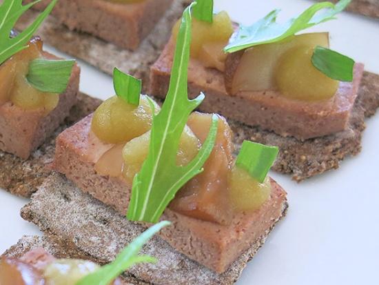 肉と同じぐらいタンパク質豊富な赤インゲン豆のパテ。フォアグラのような風味。果肉だけでなく、皮や種まで使ったリンゴのピューレを添えている。来日の際スウェーデン大使館で提供された(写真:大塚千春)