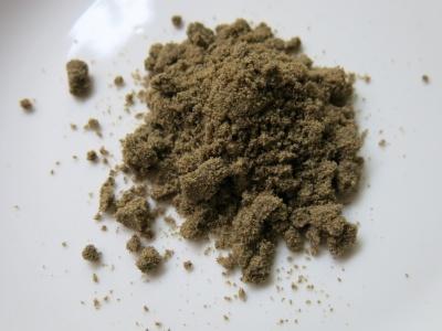 「コオロギせんべい」にも使われているグリラスによるコオロギの粉末。ふんわりとした触感で丸のまま食べた同社のコオロギとは異なる味わい(写真:メレンダ千春)