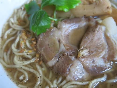 通販で入手したANTCICADA「コオロギラーメン」を作ってみたところ。サクサクの揚げコオロギもおいしいが、濃厚ながら透明感もあるコオロギ出汁のスープが出色。残ったスープで蕎麦を食べてもおいしかった(写真:メレンダ千春)
