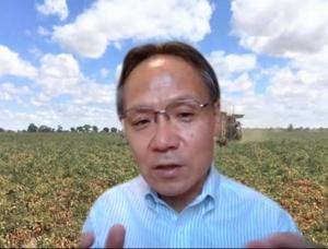 オンライン取材で質問に答える山口社長。背景は同氏の思い入れのあるオーストラリアの提携農場の写真。(写真:編集部)