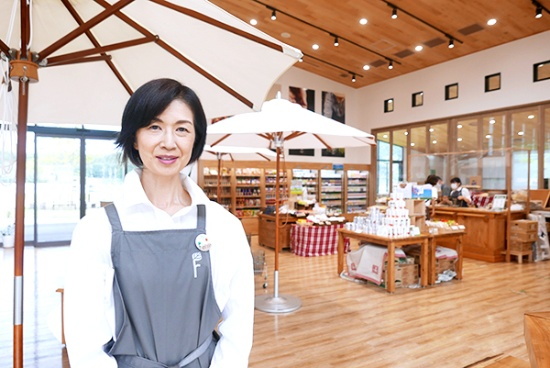 カゴメ野菜生活ファーム株式会社代表取締役社長の河津佳子さん。カゴメで広報・広告を統括するメディアコミュニケーション部長、財務経理部 IRグループ部長などを歴任し、2019年4月から現職。構想段階から広報の責任者としてプロジェクトに関わってきた。ファンづくりの場でもあるこのファームについては「広報やPRの仕事をやってきたバックグラウンドがある私としてはいろいろな経験が生かせるということで、大きなやり甲斐を持って取り組んでいます」と河津さん。「この雄大な自然がすぐそばにある富士見は本当にいいところですよ」とほほえむ(写真:高山和良)