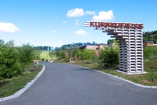千葉県木更津市にある「KURKKU FIELDS」(クルックフィールズ)のエントランス付近。この先に約30ヘクタールの広大な空間が広がっている(写真:高山和良)