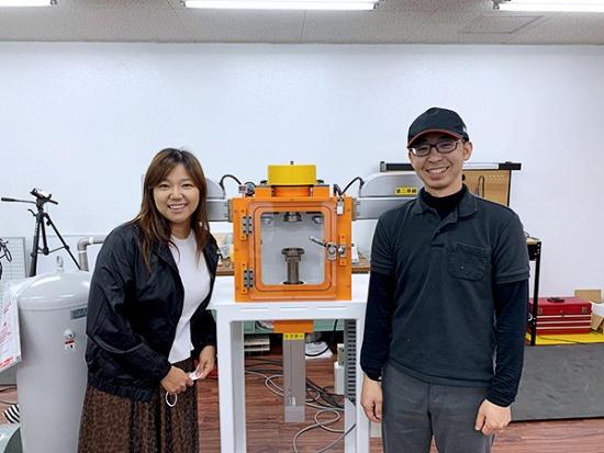 浪速工作所社長の谷本和考さん(右)と、谷本さんが悩んでいた時に「もっと外に出て、いろんな人に会った方がいい」とアドバイスをしたという内助の功、妻の華奈さん(左)