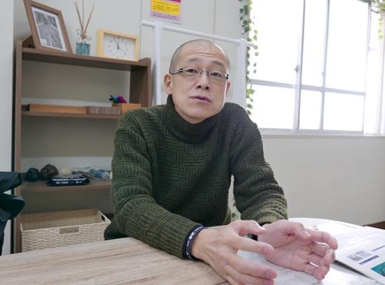 公立はこだて未来大学の和田雅昭(わだまさあき)教授。日本を代表するマリンIT、スマート水産業の専門家であり、全国の研究者、漁業者と共に持続可能な水産業に取り組むこの分野のオピニオンリーダーの一人。公立はこだて未来大学 マリンIT・ラボ所長。和田教授が推進した北海道留萌市のマナマコの資源管理は、マリンITによる水産資源管理の成功例として知られる。水産庁スマート水産業研究会の連携基盤ワーキングチーム長を務める。(写真:高山和良)