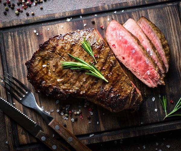 フードロス削減の象徴は「真っ赤じゃない肉」 採用広がる精肉の真空スキンパック包装