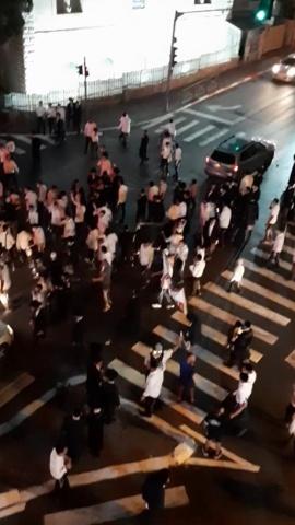 コロナ規制に抗議をする超正統派の人々(写真提供:岡庭矢宵)