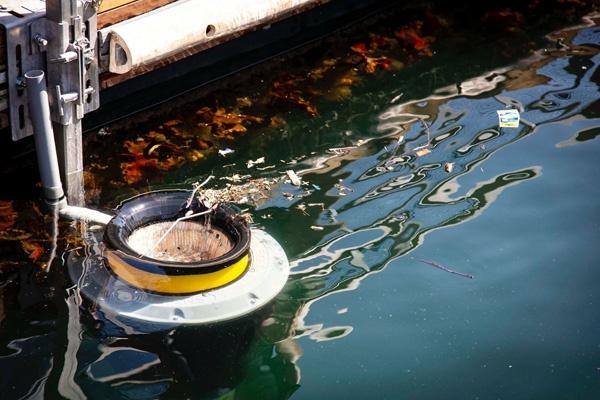 Seabinが海洋浮遊物を回収する様子。水中ポンプと連動してフロート部分が上下して水が流れ込むことでごみが吸い込まれる(写真提供:Seabin Project)