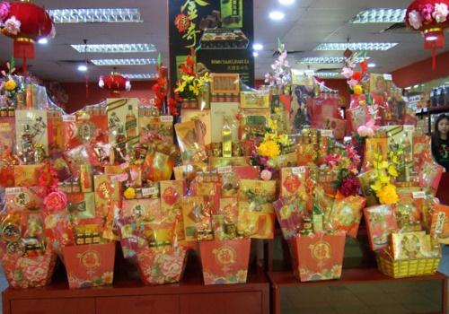 中国正月の時期には縁起の良い赤や金色で装飾された食品・飲料の贈答品セットがよく売れる(写真提供:森 純)