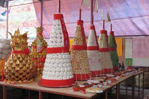 中秋節は中国系の人びとにとって重要な節句で、日本のお盆に当たる。大量の食品を集めた先祖への供物には「豊衣足食」の字が見られる(写真提供:森 純)