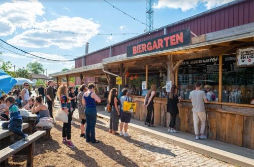 敷地内のビール工房で製造した生ビールなどを販売するドリンクスタンドはいつも大人気(写真:@Adrien Roux)