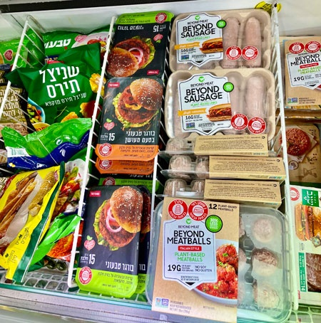 イスラエル国内ではどこのスーパーにもビーガン向け製品が並び、植物性の代替肉などが広く流通している(写真提供:Hatsuki Matsui)