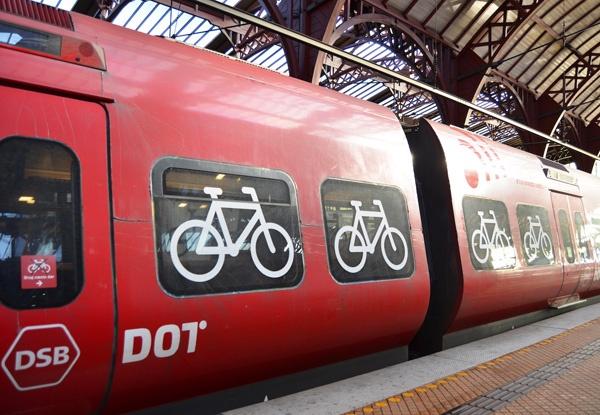 コペンハーゲン近郊を走る近距離電車(S-tog)。巨大な自転車スペースが確保されている