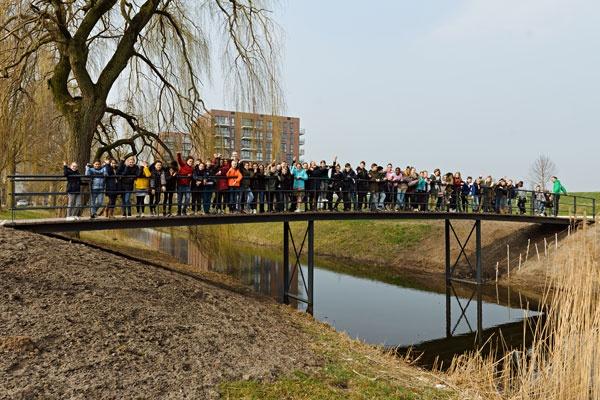 子どもたちも参加した橋のオープニング式典の様子(撮影:@fotopropaganda.com)
